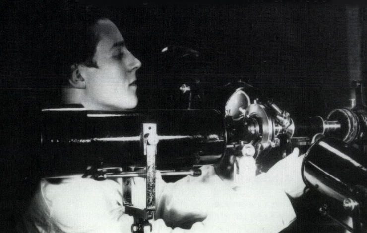 Jean Painlevé in 1925 with microcinema equipment.