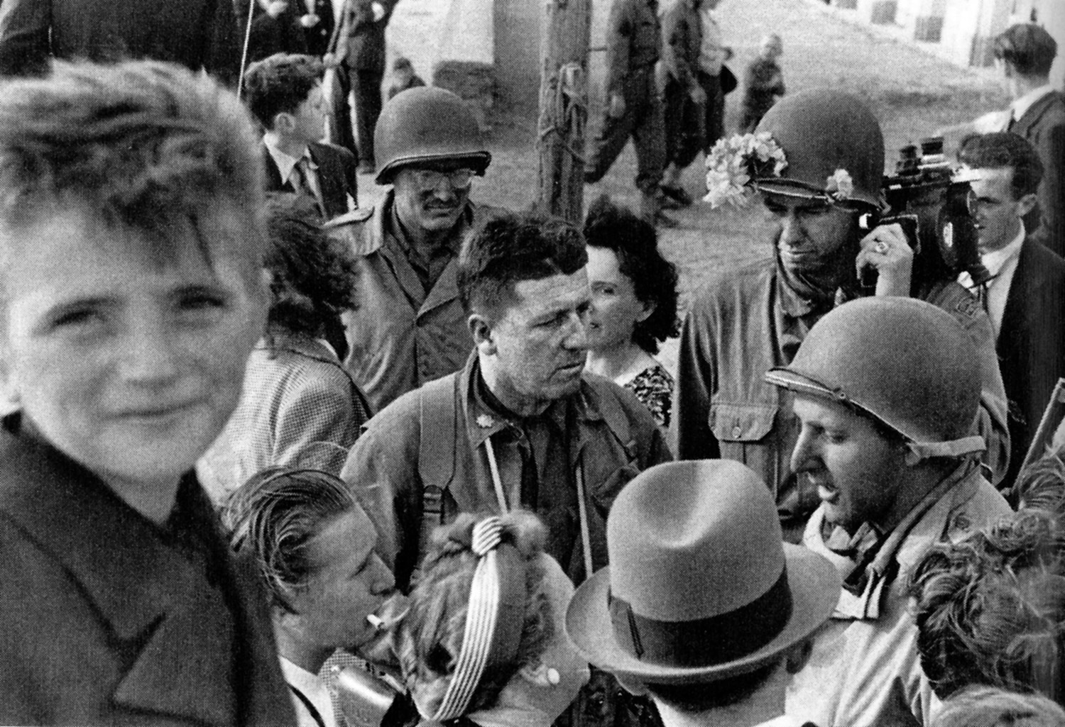 Filmmaker George Stevens (center) faced the realities of the Holocaust in the aftermath of World War II. Photo: US National Archive. Courtesy of Bloomsbury Publishing