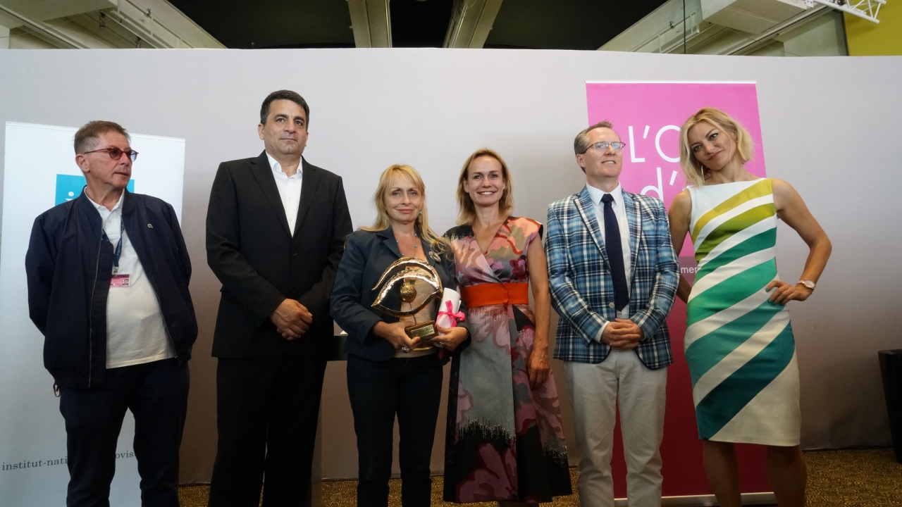 Rosalie Varda, daughter of filmmaker Agnès Varda, accepts the L'Oeil d'or, on behalf of her mother and JR, co-directors of Visages Villages (Faces Places). Surrounding her are members of the documentary jury (L-R) Lorenzo Codelli, Dror Moreh, jury president Sandrine Bonnaire, Thom Powers and Lucy Walker. Photo: Matthew Carey