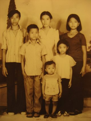 An old portrait photo of a family of six.