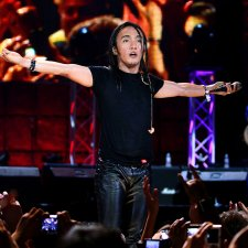 Filipino-American musician Arnel Pineda performing in a concert. He is wearing a black shirt and leather pants. Image from Ramona Diaz's 'Don't Stop Believin': Everyman's Journey.' Courtesy of Amazon Prime.